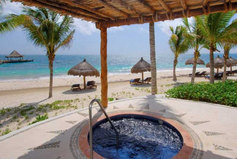 Plunge pool over-looking the beach